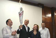 Após confecção, Unisanta entrega tocha dos 74º Jogos Abertos do Interior ao prefeito Papa