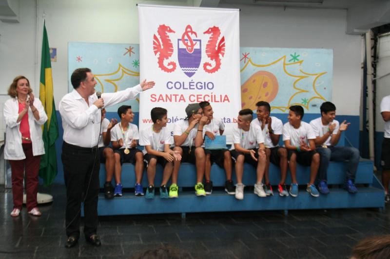 Marcelo Teixeira saúda os jogadores do Colégio Santa Cecília