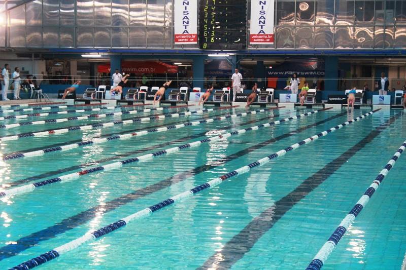Quase 300 atletas dos grandes clubes do Estado competem na Piscina Olímpica da Unisanta
